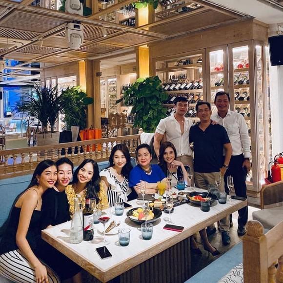Hoa hậu Đặng Thu Thảo đi mừng sinh nhật 'ông mai', nhan sắc thăng hạng sau hơn 3 tháng sinh quý tử