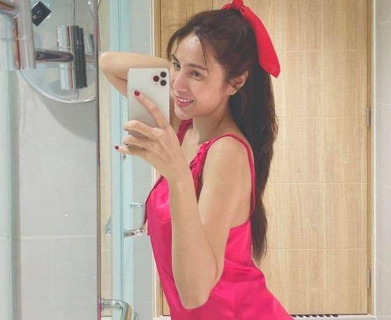 Thủy Tiên mặc đồ ngủ gợi cảm tạo dáng trong nhà tắm, Công Vinh được réo tên để 'sinh thêm em cho Bánh Gạo'