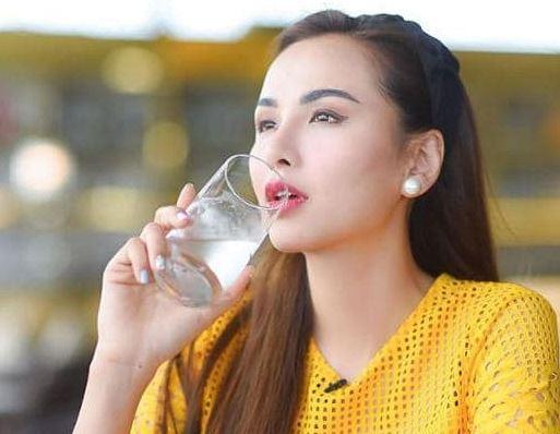 Bị nói là điên khi mỗi sáng uống một ly nước muối ấm, Hoa hậu Diễm Hương tiết lộ những lợi ích tuyệt vời của thói quen này