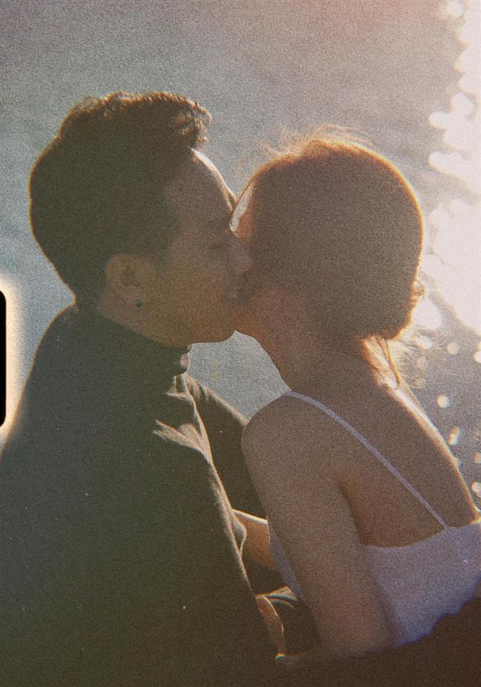 Lộ loạt ảnh Anh Đức ôm hôn bạn gái, nhan sắc nữ chính ra sao?